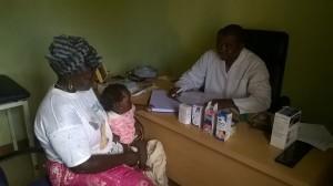 Een moeder met haar baby op het spreekuur van dr. Soumah